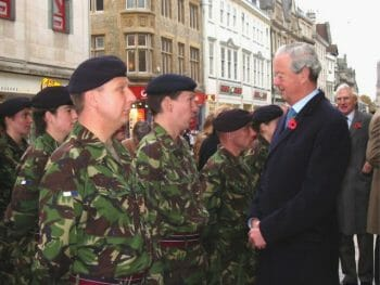 Duke of Marlborough speaking with soldiers of 5 (QOOH) Sig Sqn